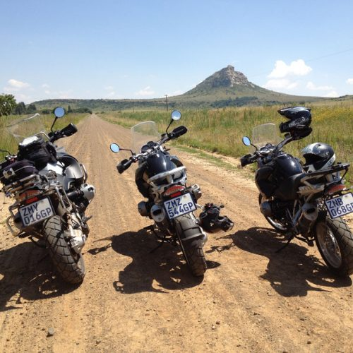 3-motorräder-in-südafrika-auf-einer-nebenstrasse