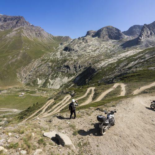 Motorrad Tour Guide am Pass